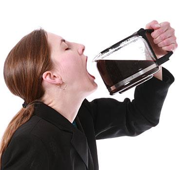 写真:コーヒーを飲む女性は脳卒中になりにくい